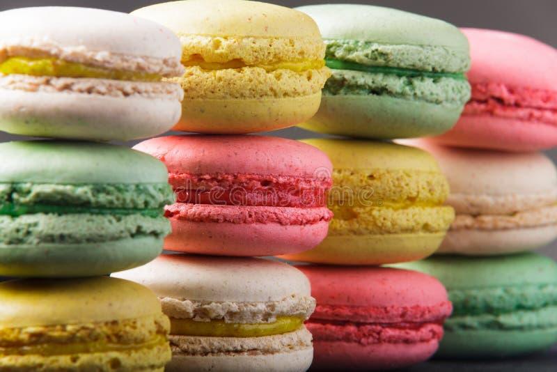 Macarrones coloridos dulces como papel pintado imagen de archivo