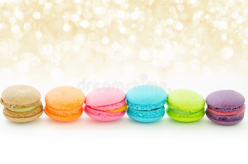 Macarrones coloridos en blanco imagenes de archivo