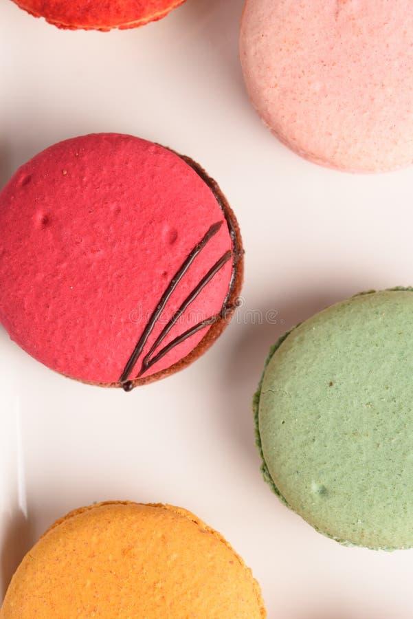 Macarrones coloridos en el fondo blanco Macaron o los macarrones es s fotografía de archivo libre de regalías