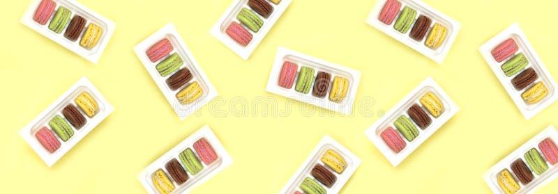 Macarrones coloridos Una delicadeza dulce francesa, primer de la variedad de los macarrones fotos de archivo