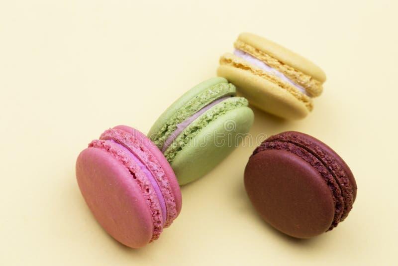 Macarrones coloridos Una delicadeza dulce francesa, primer de la variedad de los macarrones fotografía de archivo