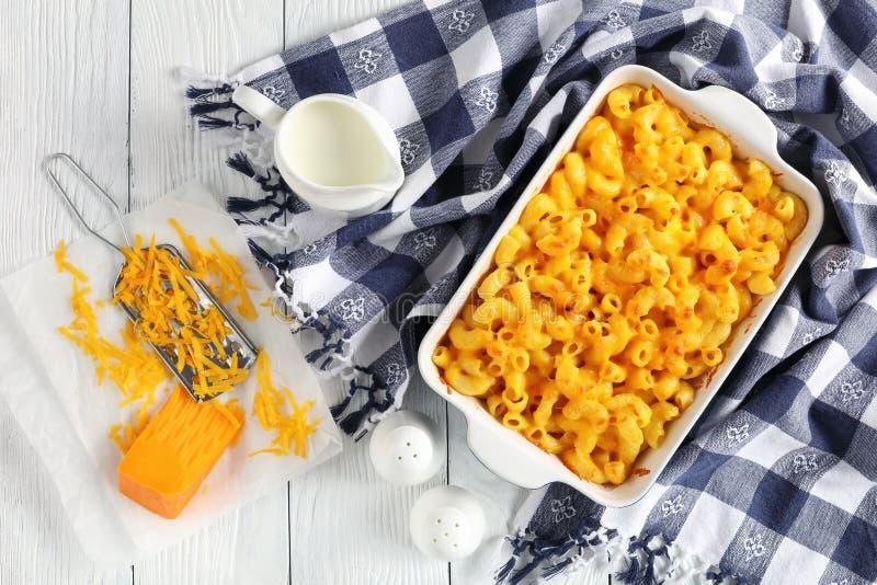 Macarrones con queso hechos en casa cocidos obra clásica fotografía de archivo