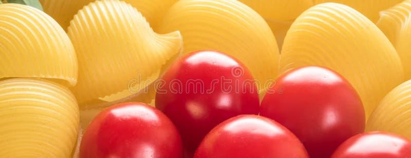 Macarrones crudos Lumaconi del fondo de la comida imagen de archivo libre de regalías