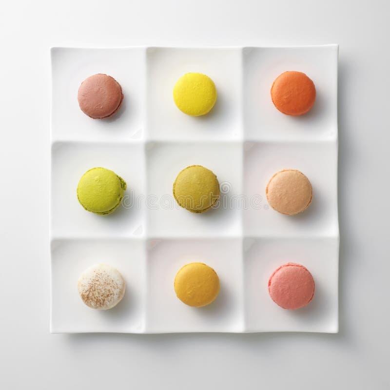 Macarrones coloridos en la placa blanca foto de archivo libre de regalías