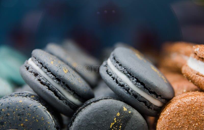 Macarrones hermosos brillantes con la oferta y la crema saborosa El contraste de los colores y de la forma ideal, foco selectivo fotografía de archivo libre de regalías