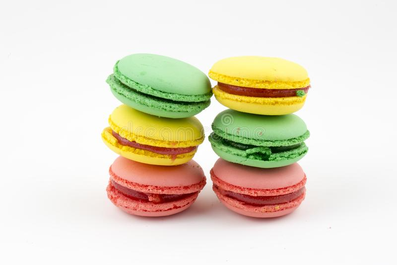 Macarrones o macaron franceses dulces y coloridos en el fondo blanco, postre imagenes de archivo