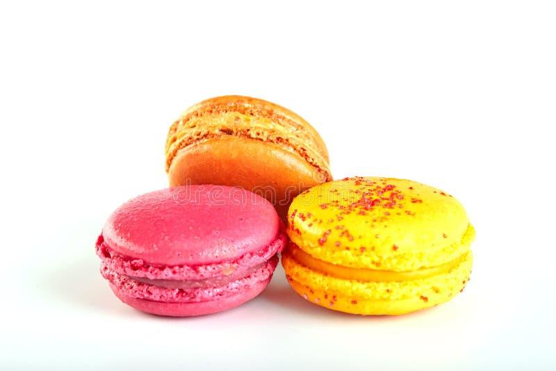 Macarrones o macaron franceses dulces y coloridos en el fondo blanco fotos de archivo libres de regalías