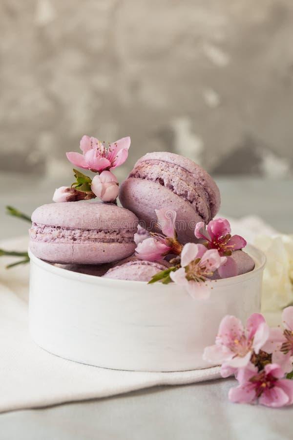 Macarrones o macaron franceses dulces y coloridos en el fondo de madera, postre macarrones con la harina de cacahuete imagenes de archivo