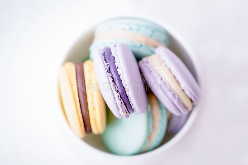 Macarrones o macaron franceses en colores pastel coloridos dulces en el fondo blanco Visi?n superior, espacio de la copia imágenes de archivo libres de regalías