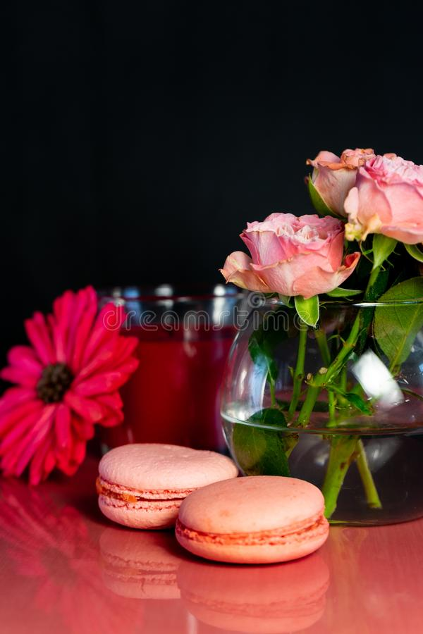 Macarrones rosados con las flores frescas fotografía de archivo