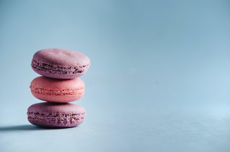 Macarrones rosados en fondo azul fotografía de archivo
