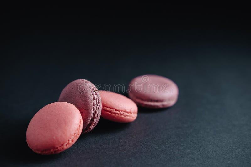 Macarrones rosados en fondo oscuro fotos de archivo libres de regalías