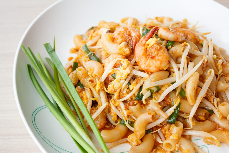 Macarrones sofritos con los camarones (cojín tailandés) imagen de archivo