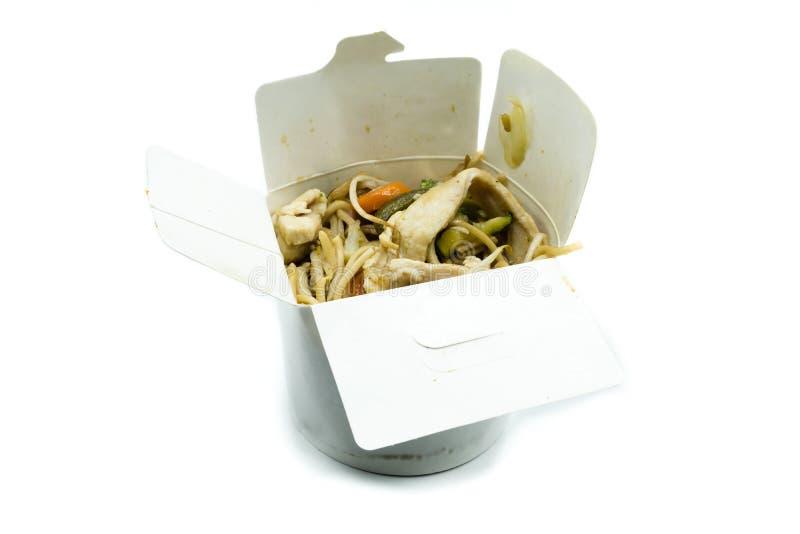 Macarronete asiático em uma caixa no fundo branco fotos de stock royalty free