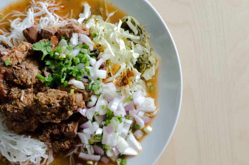 Macarronete de arroz com molho picante da carne de porco, estilo tailandês do norte do macarronete fotografia de stock royalty free