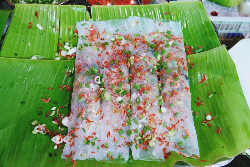 Macarronete de arroz cozinhado chinês Rolls na folha da banana fotografia de stock