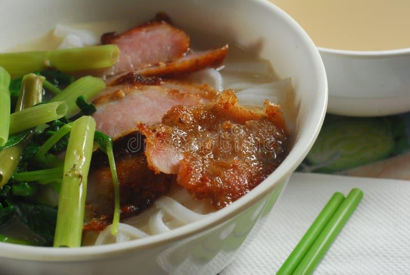 Macarronete de arroz da carne de porco e espinafre da água imagem de stock royalty free