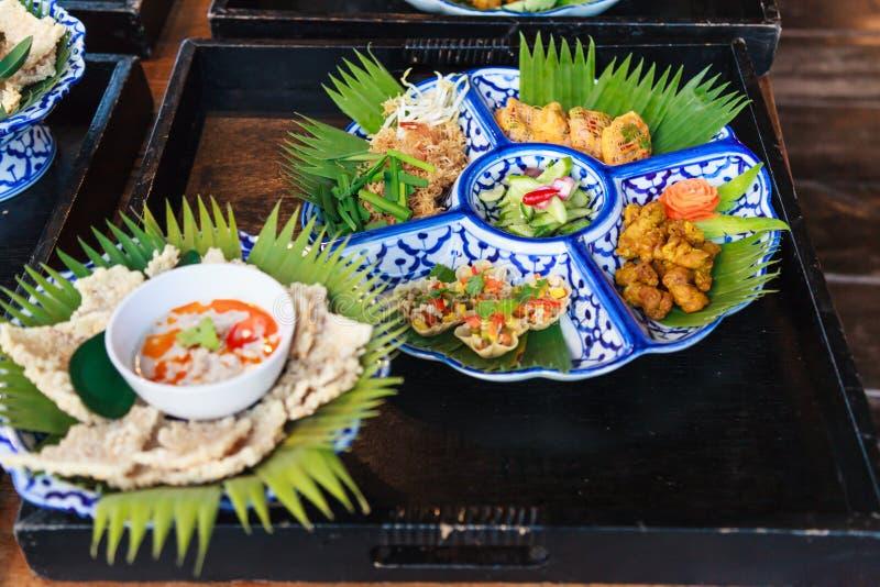 Macarronete de arroz friável tailandês tradicional focalizado seletivo da bandeja do alimento de Tailândia, cúrcuma Fried Chicken fotografia de stock royalty free