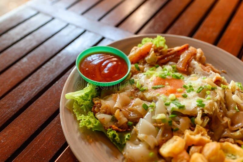 Macarronete de arroz fritado mexendo com galinha, calamar, ovo da fritada e alface fotos de stock royalty free