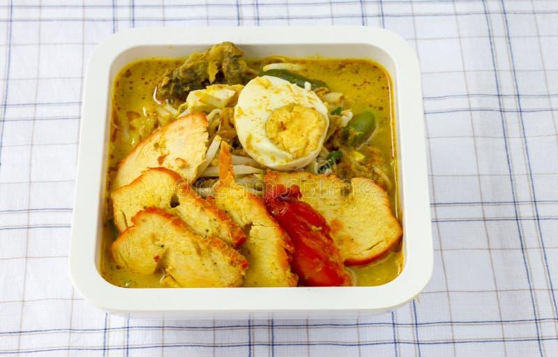 Macarronete de arroz na sopa do creme do caril do coco - alimento tailandês imagens de stock
