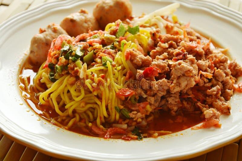 Macarronete de ovo chinês que veste a carne de porco triturada picante com sopa secada do camarão fotografia de stock