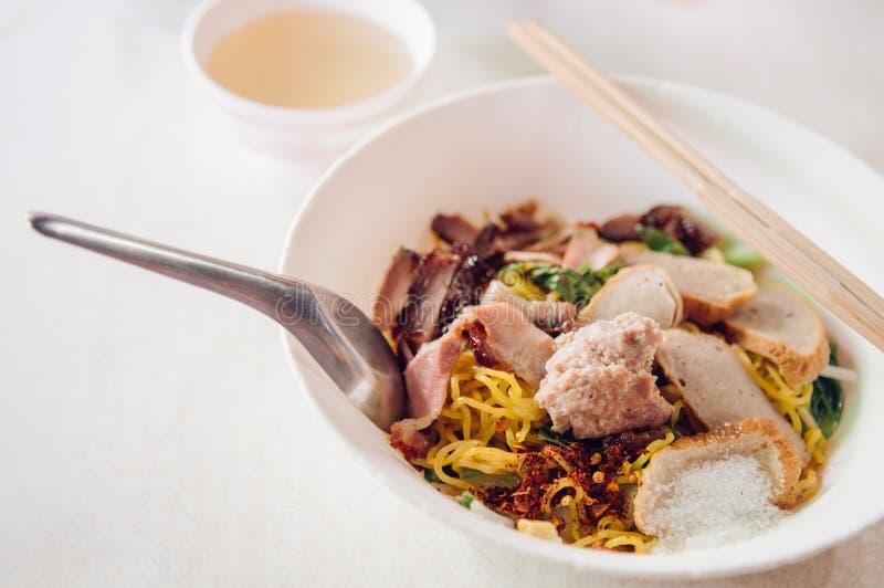 Macarronete de ovo tailandês na bacia branca com carne de porco vermelha cortada do assado, por imagem de stock royalty free