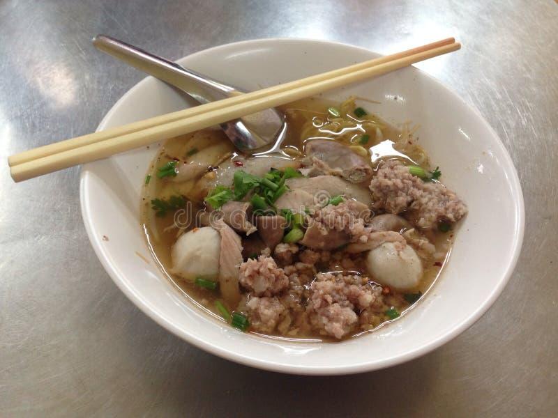 Macarronete de ovo tailandês picante com carne de porco e fishball fotografia de stock