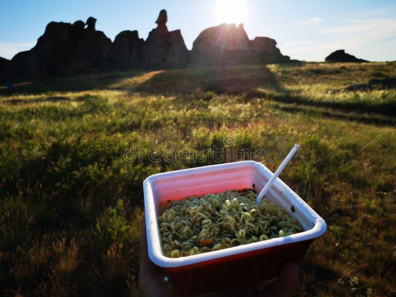Macarronete-grande almoço de acampamento imediato fotografia de stock royalty free