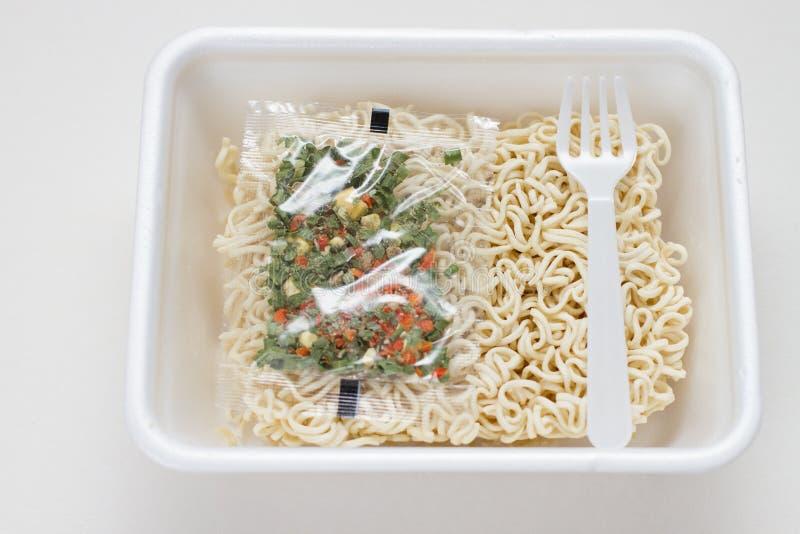 Macarronete imediato no recipiente plástico com picante fotografia de stock