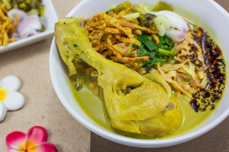 Macarronete no caril da galinha (Kao Soi Kai) imagem de stock