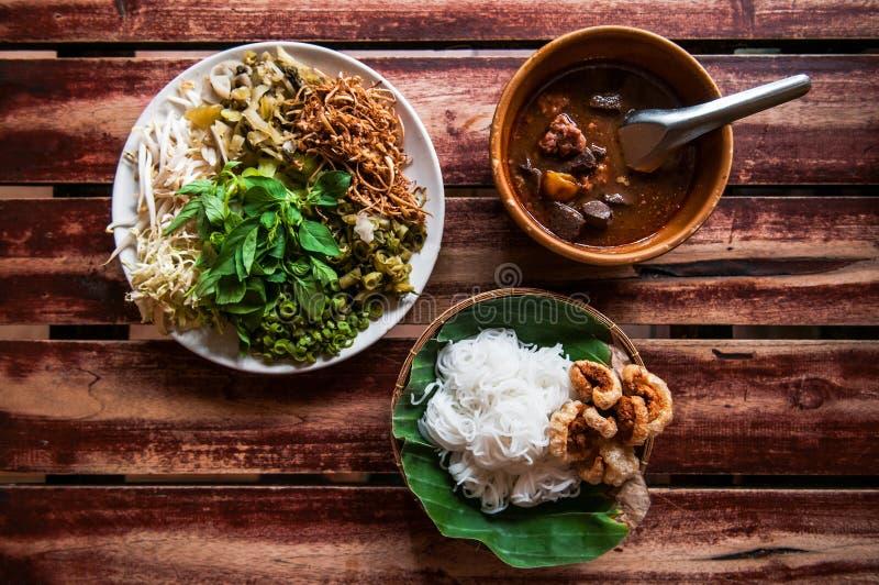 Macarronete ou aletria tailandesa de arroz com caril do norte do estilo fotografia de stock