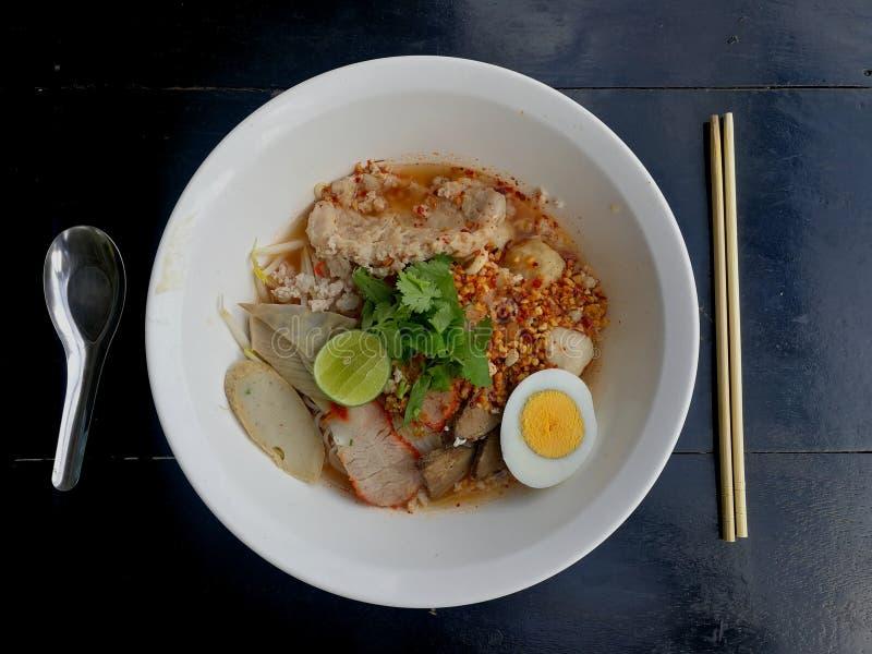 Macarronete picante tailandês de Tomyum com carne de porco foto de stock