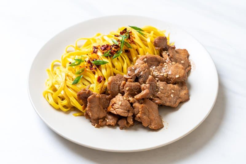 macarronete salteado asiático com carne de porco imagens de stock