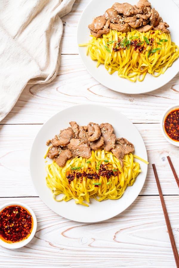 macarronete salteado asiático com carne de porco imagem de stock
