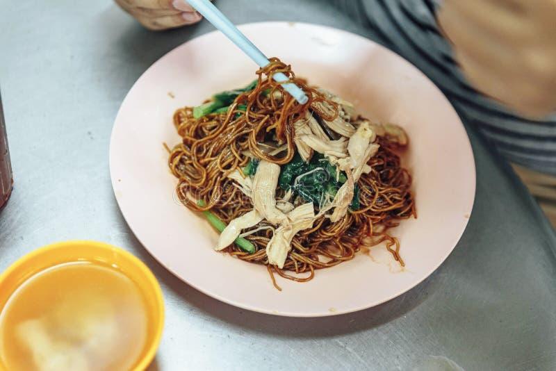 Macarronete secado com galinha, vegetais e molho de soja doce em Kuala Lumpur, Malásia imagens de stock royalty free