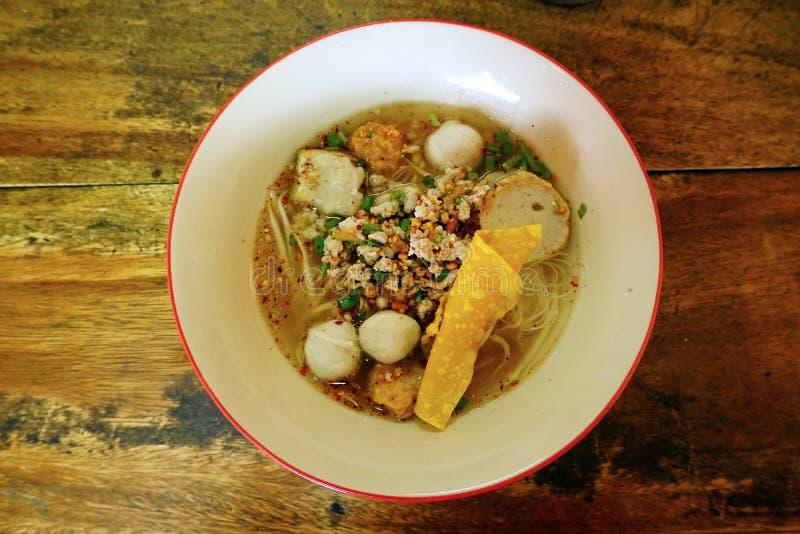 Macarronete tailandês com a bola da carne de porco na bacia foto de stock royalty free