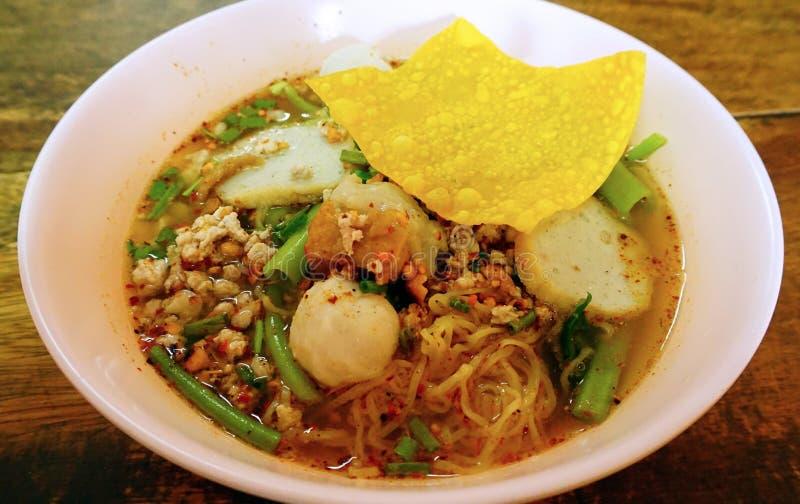Macarronete tailandês com a bola da carne de porco na bacia imagens de stock royalty free