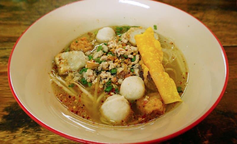 Macarronete tailandês com a bola da carne de porco na bacia fotos de stock royalty free