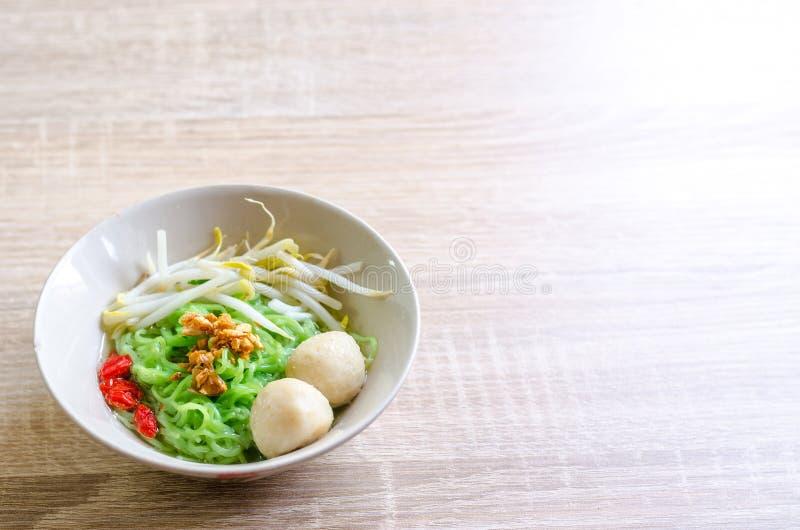 Macarronete tailandês com bola de carne e pele friável da carne de porco imagem de stock