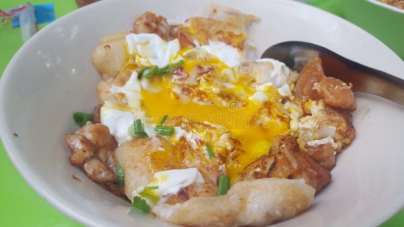 Macarronete tailandês com ovo escalfado imagem de stock royalty free
