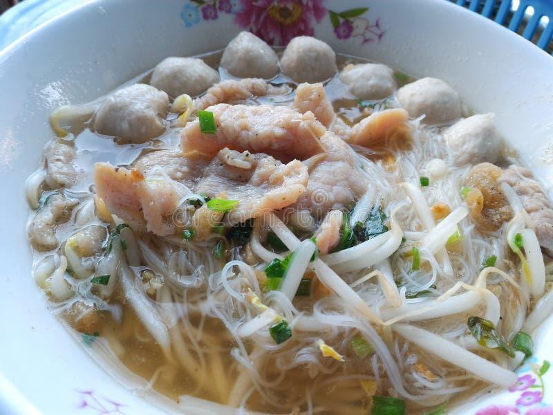 Macarronete tailandês com sopa, carne de porco, bola de carne fotos de stock royalty free