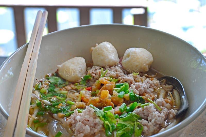 Macarronete tailandês da carne de porco na bacia branca imagens de stock royalty free