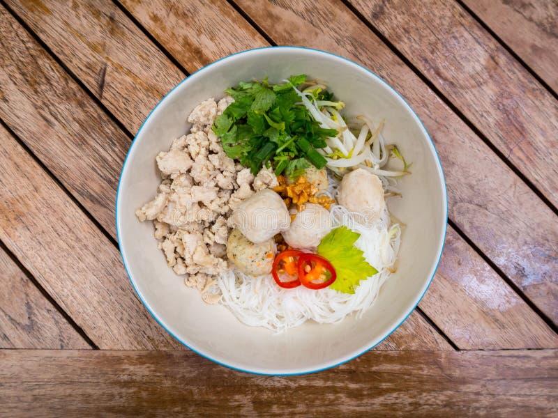 Macarronete triturado tailandês da galinha com aletria do arroz e bolas da galinha imagem de stock royalty free