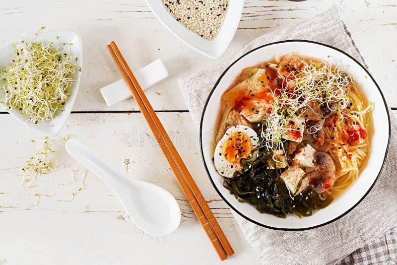 Macarronetes asiáticos dos Ramen do Miso com kimchi da couve, alga, ovo, cogumelos fotos de stock