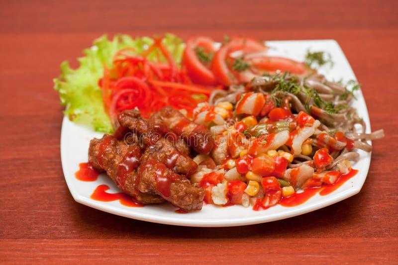 Macarronetes chineses com carne e os vegetais roasted imagens de stock royalty free