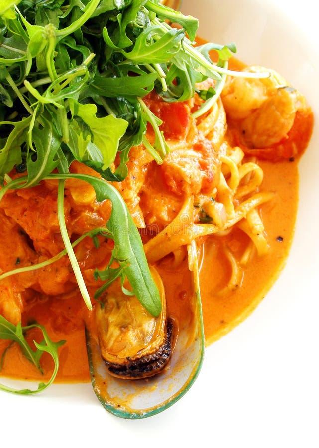 Macarronetes com prato do marisco imagens de stock royalty free