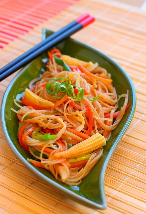 Download Macarronetes com vegetais. imagem de stock. Imagem de chopsticks - 12804317