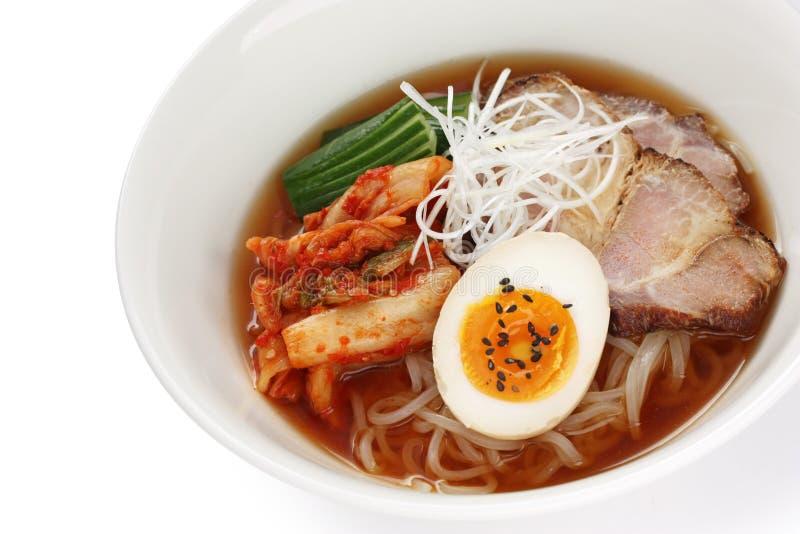 Macarronetes coreanos do frio do estilo foto de stock