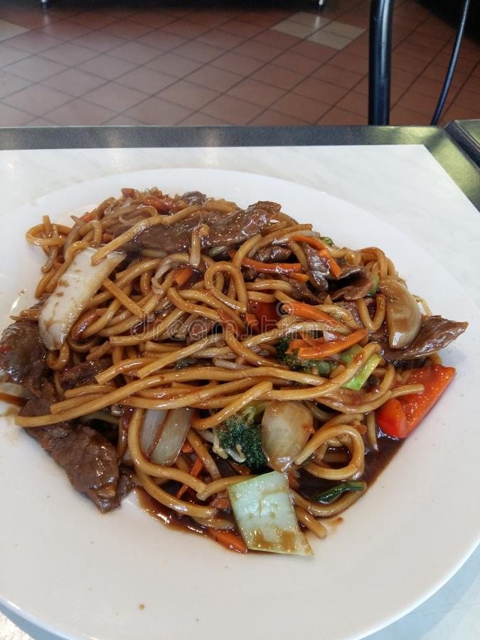 Macarronetes da carne do Mongolian foto de stock