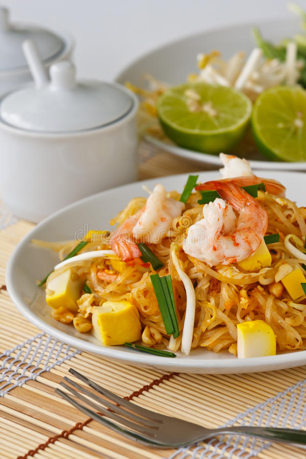 Macarronetes de arroz agitar-fritados tailandeses (almofada tailandesa) fotografia de stock
